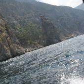 Вид с катера на скалы возле мыса Айя