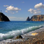 На Яшмовом пляже действительно попадается яшма
