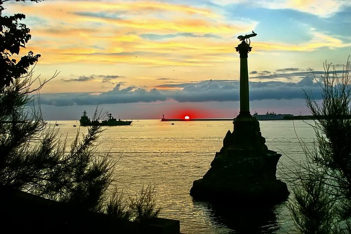 Закат возле памятника